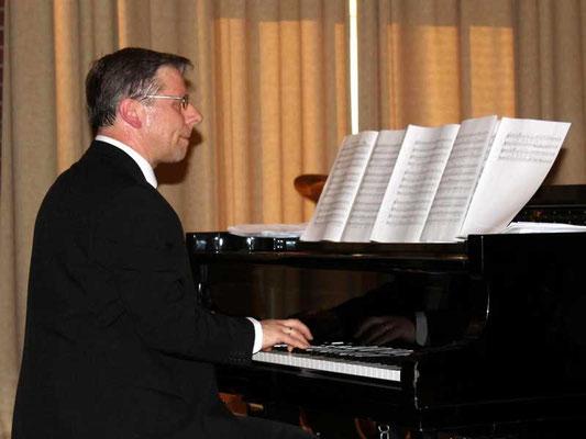 ... mit Chorleiter Thomas Hessel, Kirchenmusiker