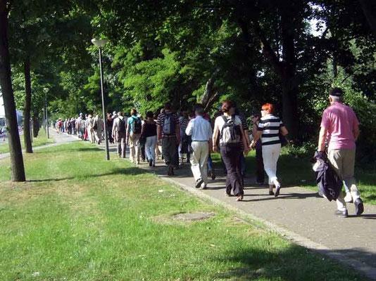Vom Kanal ging es zu Fuß (oder mit dem Pendelbus) zur Veltinsarena