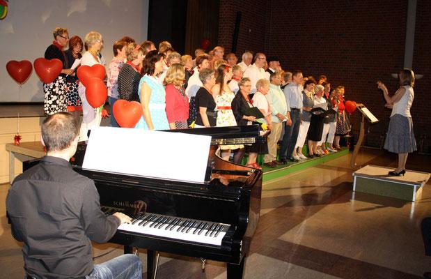 Die Chorsänger unter Leitung von Sigrid Hartmann ...