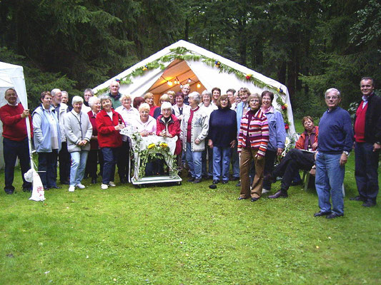 Vor dem festlich geschmücktem Zelt
