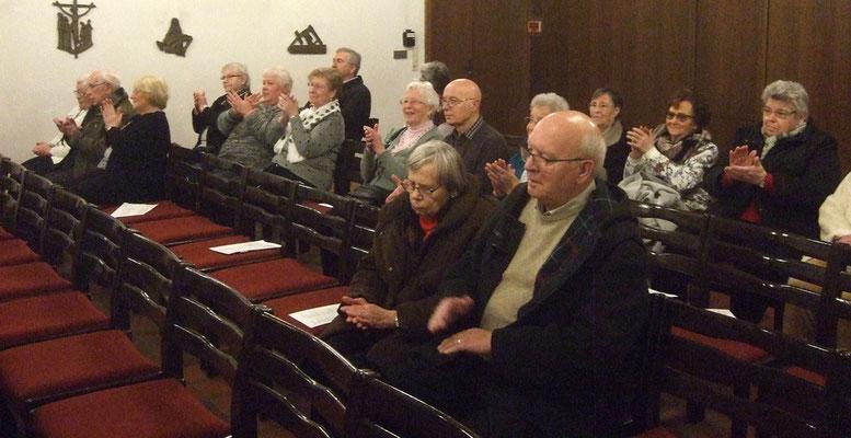 ... und die Zuhörer zum Mitsingen einluden.
