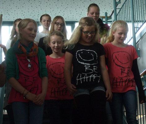 ... oben und links, kamen die jungen Sängerinnen auf die Bühne ...