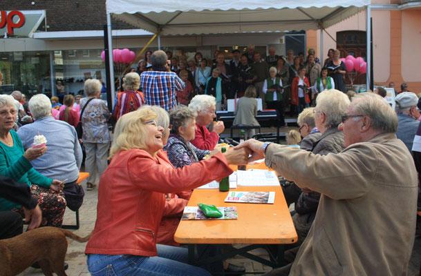 Die Stimmung springt auf die Besucher über (Foto: Bernhard Sennekamp)