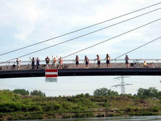 Auf den Brücken jubelten uns viele Fans zu.