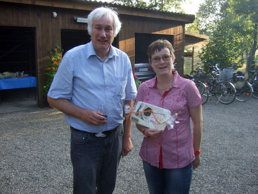 Vorsitzender Franz Frye übergibt der Gastgeberin Ute ein kleines Geschenk