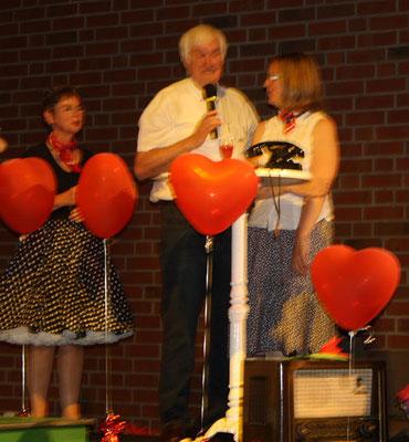 Die Moderatoren Sabine Hennes und Franz Frye bedanken sich bei Sigrid Hartmann für die gelungene Leitung