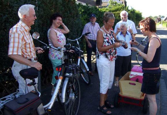 ... und unterwegs treffen sie Radfahrer, die auch auf dem Weg zum Hof Pieper sind