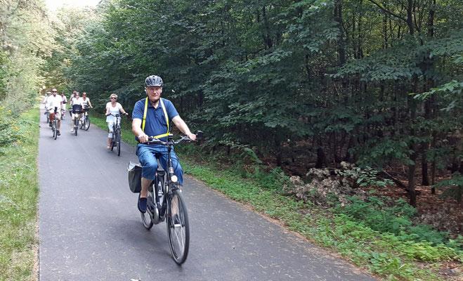 Franz Frye hat einen tollen Radweg nach Sebbel gefunden und führt die Gruppe an.