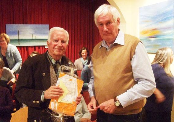 Vorsitzender Franz Frye übergibt das Geburtstagsgeschenk