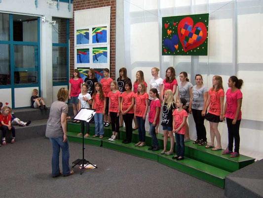 Der Junge Chor begeistert durch seine gute Gesangstechnik und Liedauswahl.