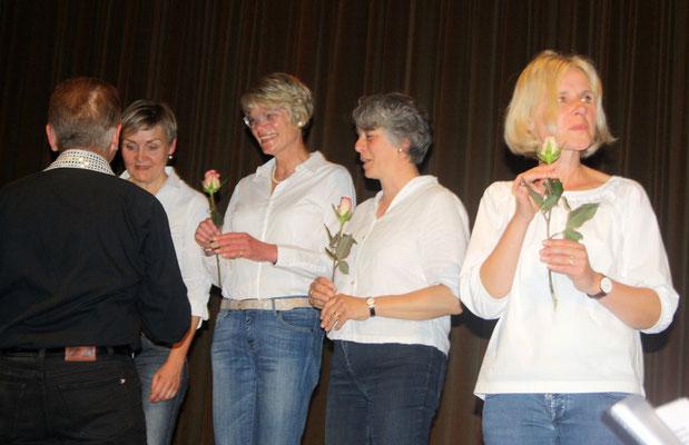 Als Dankeschön eine Blume für die Gastsängerinnen ...