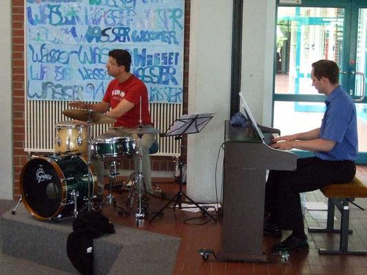 Die Matinee-Band mit Hubertus Steiner (Schlagzeug) und Johannes Freiburg (Klavier) begleiten die Sängerinnen und Sänger.