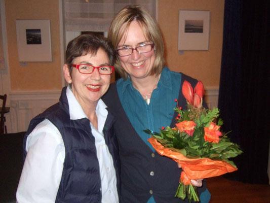 Sabine Hennes bedankt sich bei der Chorleiterin Sigrid Hartmann für das gelungene Adventskonzert