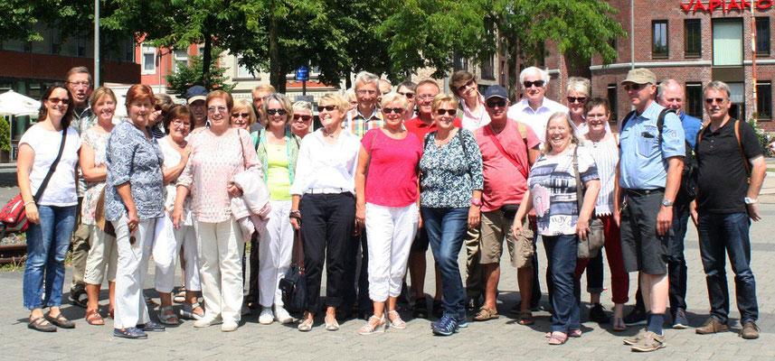 Die Besucher stellen sich zu einem Gruppenfoto
