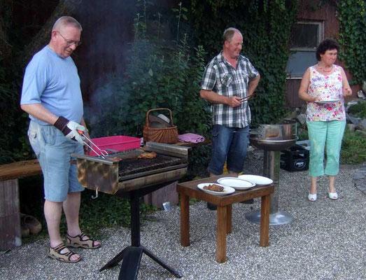 Die Grillmeister Gerd und Heinz freuen sich ...