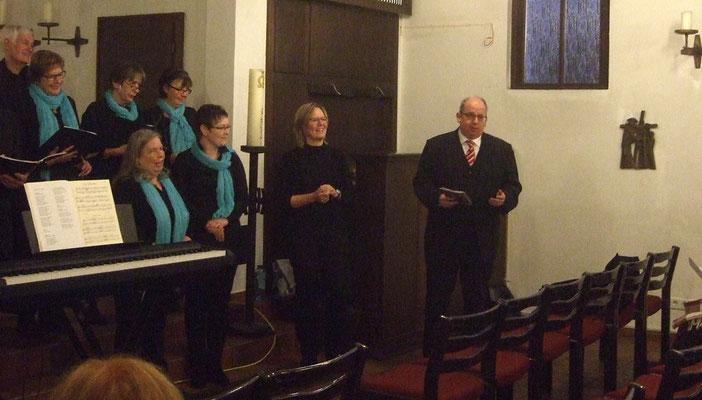 Pfr. Thorsten Melchert begrüßte die Gäste und die Chormitglieder, ...
