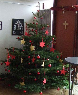 Ein liebevoll geschmückter Weihnachtssbaum haben die Bewohner im Gruppenbaum stehen.