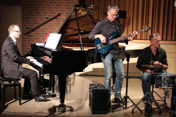 Die Band: Johannes Freiburg - Klavier; Robert Magel - E-Bass, Gitarre; Paul Mangel - Schlagzeug, begleitet die Chöre