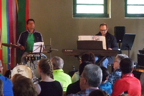 Begleitet wurden die Chöre von Hubertus Steiner am Schlagzeug und Johannes Freiburg am Klavier