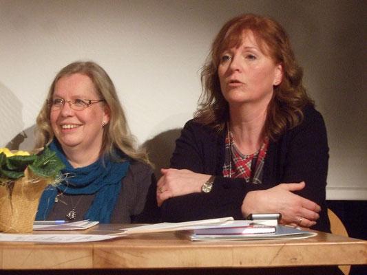 Dagmar Stutz (li). Sabine Roark (re) trägt den Kassenbericht vor.