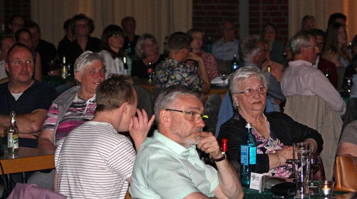 die Zuschauer im Saal