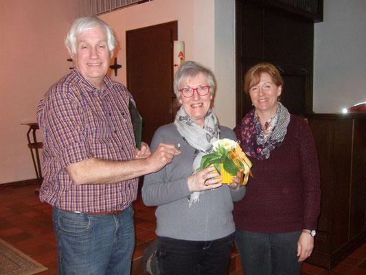 Nach der Chorprobe wurde noch ein Chormitglied für seine 10-jährige Mitgliedschaft mit einer Blume und einer Anstecknadel geehrt.