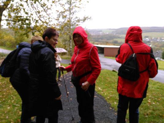 Die Gesundheitswandergruppe unterwegs im strömenden Regen