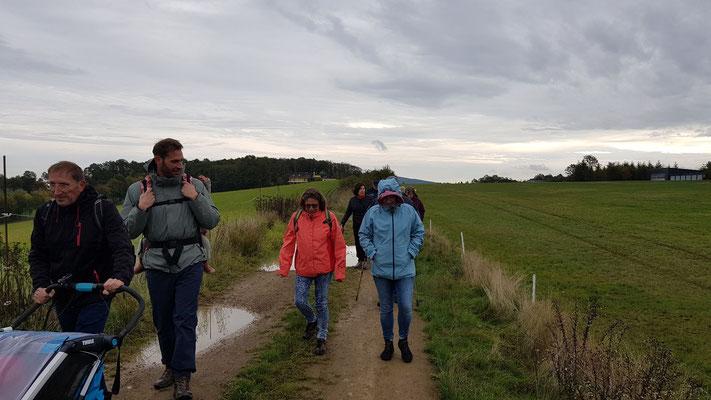 Die Wandergruppe der 6 Km auf Tour - noch ist es trocken
