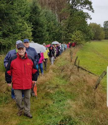 Eine große Wandergruppe auf der geführten 6 Km-Tour rund um Katzwinkel