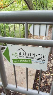 Wegweiser zum Cafe & Biergarten Wilhelmsteg