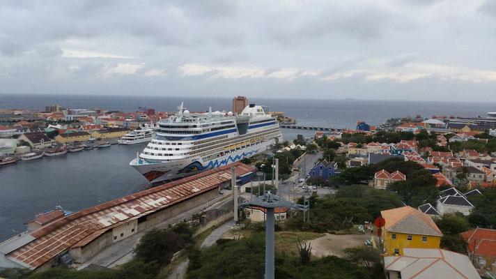 Blick von der Königin-Juliana-Brücke in die St.Anna-Bucht. Soeben eingelaufen: das Kreuzfahrtschiff AIDA