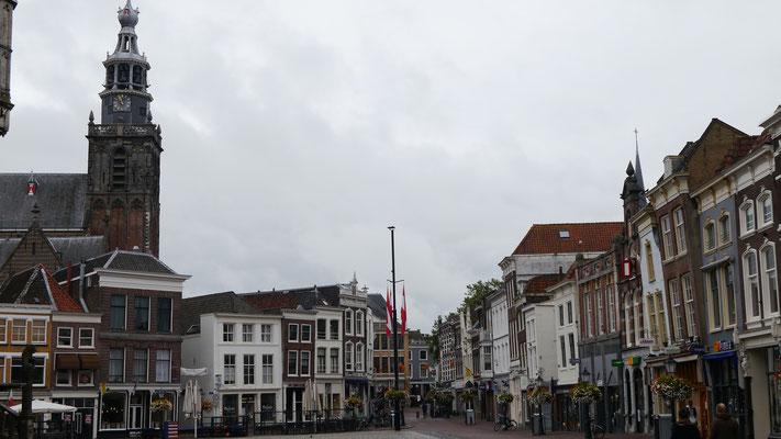 Blick vom Rathaus auf den Marktplatz und auf Sint Janskerk