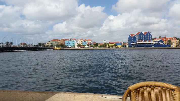 Blick von Punda auf Otrobanda (links die Emmabrücke)