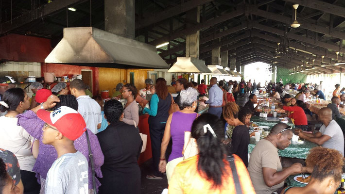 Hier kann man karibische Spezialitäten probieren, wie z.B. Giambo (Ocrasuppe), Kaduschi (Kaktussuppe) und Cabritu Stoba (geschmortes Ziegenfleisch).