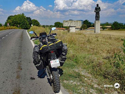 Eines dieser alten Denkmäler, das einsam und verlassen in der Landschaft steht