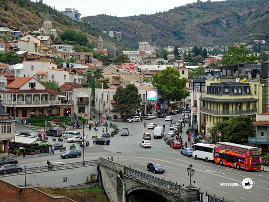 Die Metechi Brücke und Altstadt von Tiflis