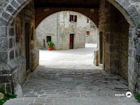 Unterwegs in alten Dorfteil von Gracisce
