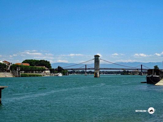 Die Brücke über die Rhone in der Ortschaft Tournon-Sur-Rhone