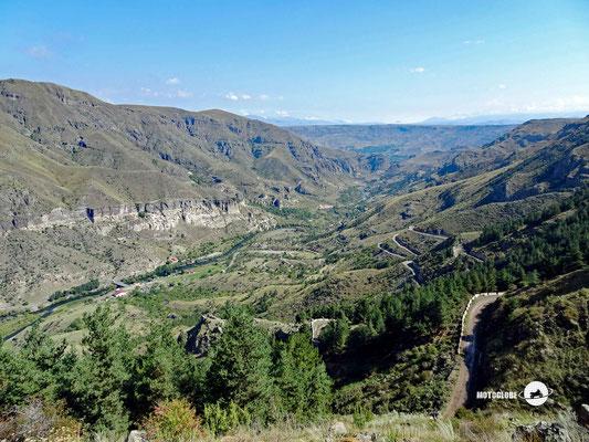 Blick zurück ins Tal mit der Höhlenstadt Wardsia