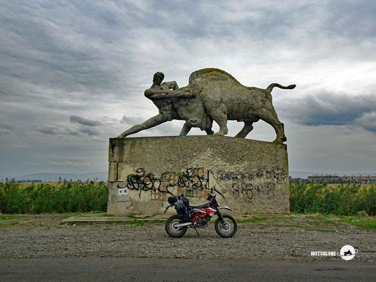 Eines dieser Denkmäler, das einsam und verlassen in der Landschaft steht