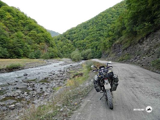 Der des Flusslaufes verlauft die Strasse tief ins Tal hineine