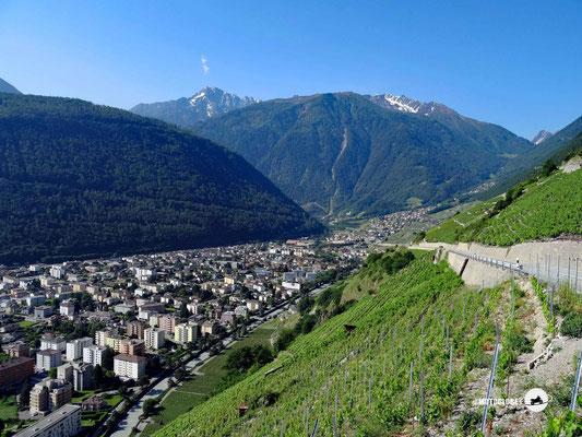 Hinauf ins Berner Oberland mit der Ortschaft Aigle im Hintergrund