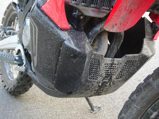 Motorrrschutz aus Plastik - Motorglobe Motorradtest Honda CRF300Rally