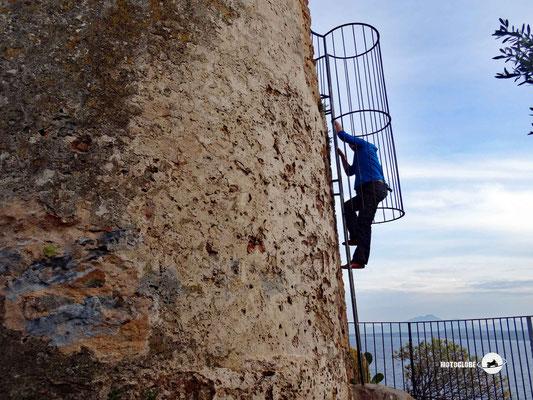 Rauf auf einen alten Wehrturm für die Aussicht auf Arbatax