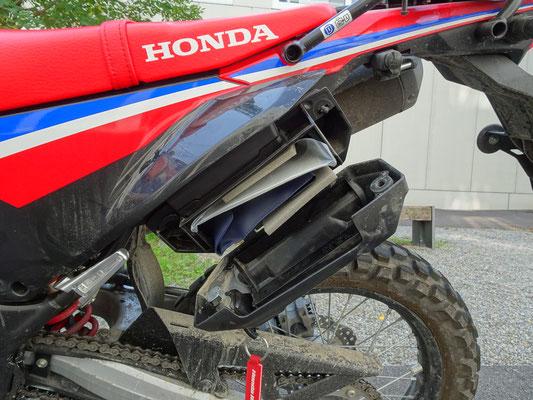 Werkzeugbox aus Plastik - Motorglobe Motorradtest Honda CRF300Rally