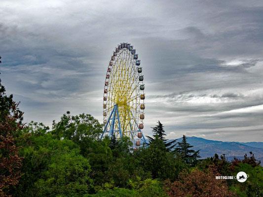 Das Riesenrad im hoch oben liegenden Vergnügungspark Mtatsminda Park