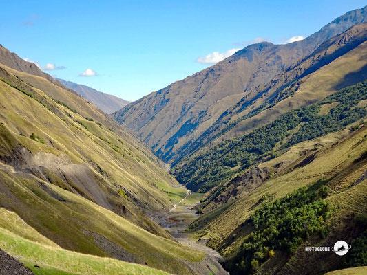 Weit hinten im Tal liegt das Bergdorf Shatili