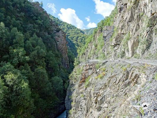 Ungesicherte Bergschotterstrassen sind im Kaukasus normal