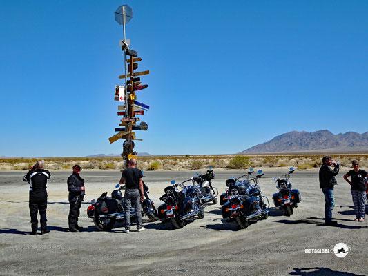 Einsam und verlassen steht diese Hinweistafel in der Wüste Sonora