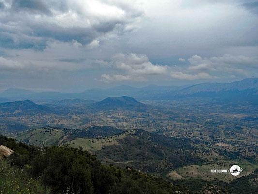 Ausblick vom alten Stadteil von Nuoro auf dem Bergkamm